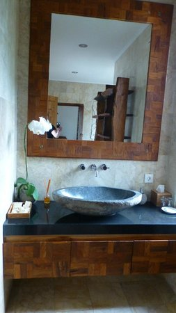 Sri Ratih Cottages: great bathroom