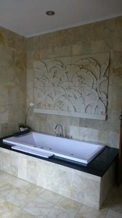 Sri Ratih Cottages: Marble bath surround with custom decorative stone work
