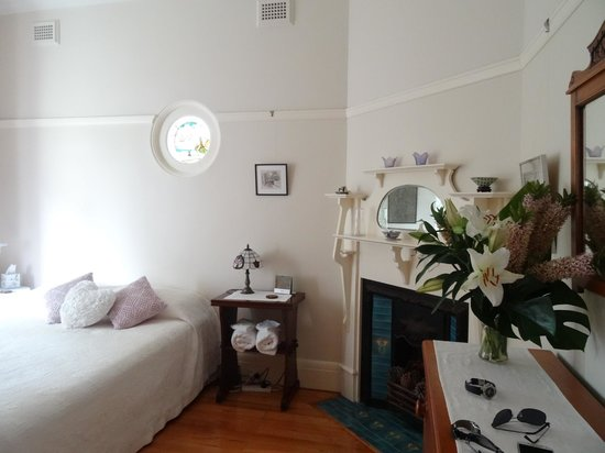 Fairlight, Australien: Beautiful Bedroom. Nice smelling Lilies.