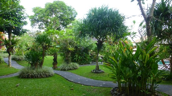 Sri Ratih Cottages: grounds