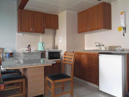 Helios Bay Hotel: Кухня номера