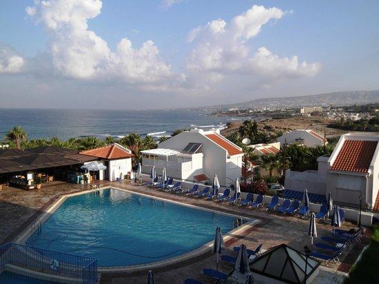 Helios Bay Hotel : Бассейн для тех кому лень идти/ехать на пляж