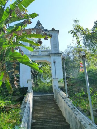 Bambaragala Viharaya: The steps leading to the top of the ancient Viharaya