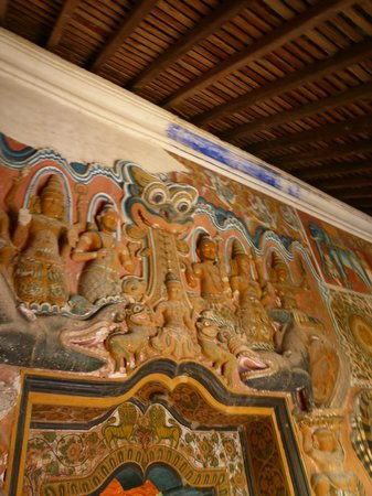 Bambaragala Viharaya : The reclining statues inside the cave