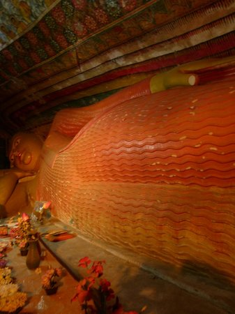Bambaragala Viharaya: The reclining Buddha statue inside the cave