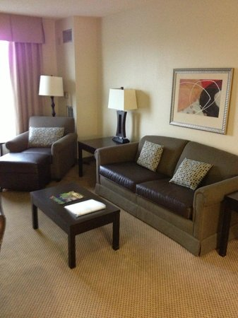 Holiday Inn & Suites Across from Universal Orlando: Living room
