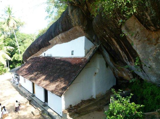 Bambaragala Viharaya : The cave temple