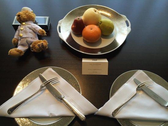 The Peninsula Hong Kong : Welcome fruit platter with Pen Bear and truffles