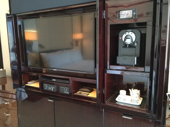 The Peninsula Hong Kong : TV and coffee maker in room