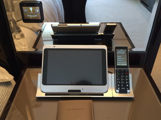 The Peninsula Hong Kong : Everything in the room was controlled with this ipad