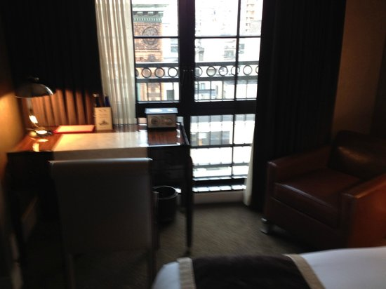 Walker Hotel Greenwich Village : Looking across bed to window