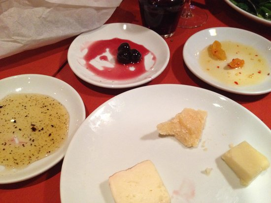 Otto Enoteca & Pizzeria : Three cheeses with three unbelievable dip sauces