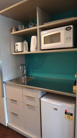 Navigate Seaside Hotel & Apartments: Room 101 - kitchenette