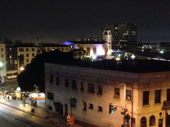 "เมโทรพลาซ่าโฮเต็ล: L.A.'s Union Station Is Seen From The Roof of ""Metro Plaza Hotel"" - It's All About Location"