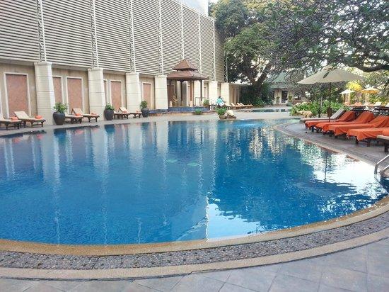 The Bayview Hotel: pool near restaurent