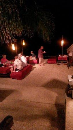Thai House Beach Resort : Abendessen am Strand