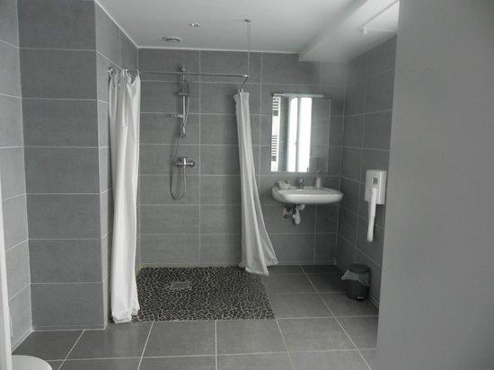 Grande salle de bain avec douche - Picture of Belazur Hotel, Calais ...