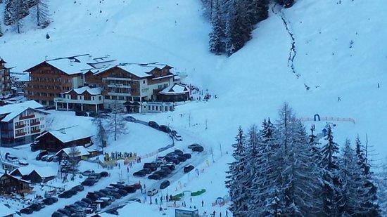 Hotel Alpenhof: Blick von der Skipiste zum Hotel
