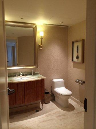 Conrad Macao Cotai Central: 1st bathroom