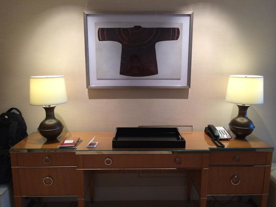 Conrad Macao Cotai Central: Writing area in bedroom