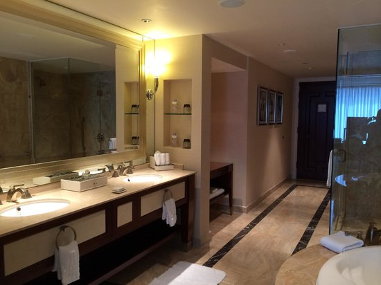 Conrad Macao Cotai Central: The massive bathroom