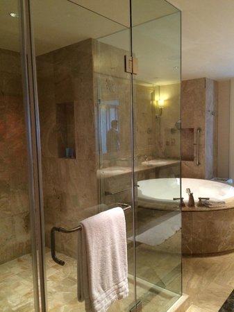 Conrad Macao Cotai Central: Huge shower and spa