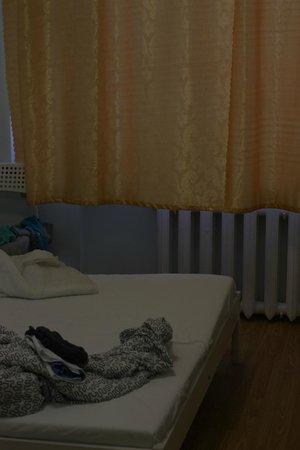 Ascet Hotel: хорошо греющая батарея, удобная кровать