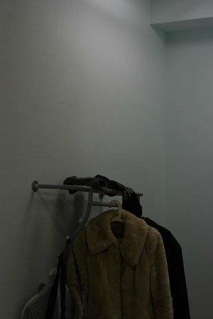 Ascet Hotel: вешалка при входе в номер напротив входа в душ