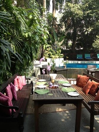 Ariyasomvilla: tables around the pool