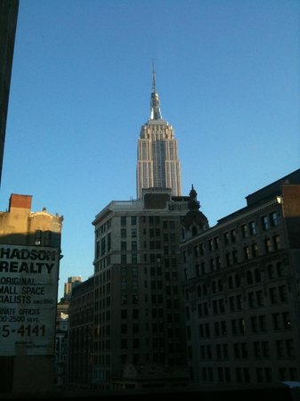 Broadway Plaza Hotel: Morning view of Empire State Building