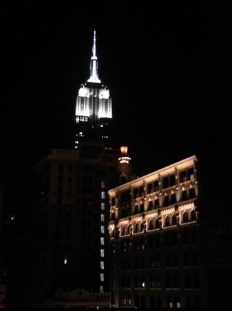 Broadway Plaza Hotel: Night time view of Empire State Building