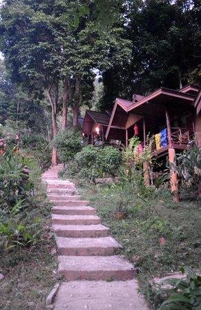 Ting Rai Bay Resort : Trappan upp till bungalowen