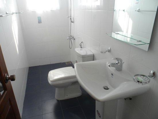 Di Sicuro Tourist Inn: clean bathroom