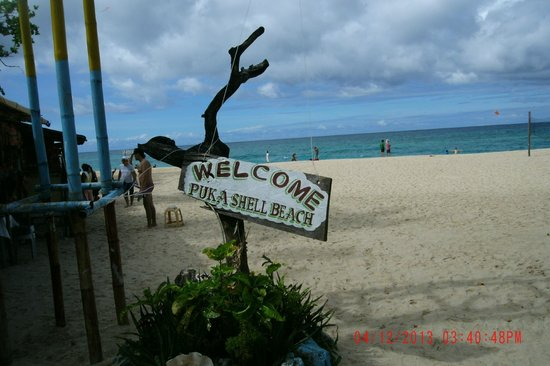 Puka Grande Restaurant: Restaurant fronts Puka Beach