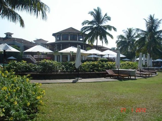 Park Hyatt Goa Resort and Spa : View of the grounds with manicured lawns