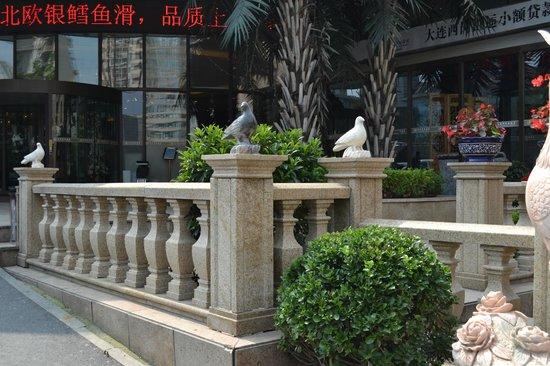Sweetland Hotel : Вид с улицы перед гостиницей