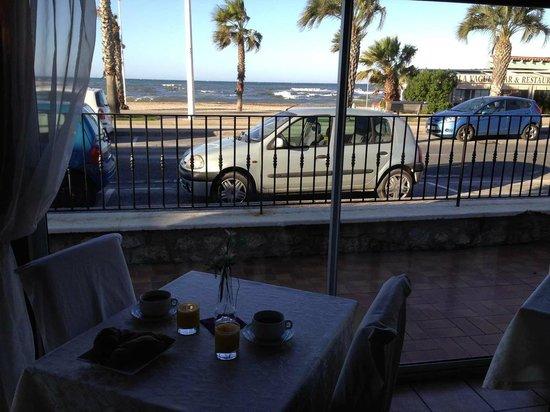 Bel Azur Hotel : la salle à manger elle bénéficie d'une vue agréable. Seul bon moment du passage au bel azur