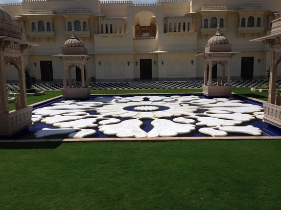 The Oberoi Udaivilas: Courtyard as you enter the hotel