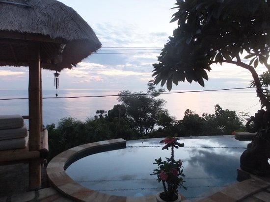 Paradise Bungalows Bali: piscina de Paradise en el amanecer