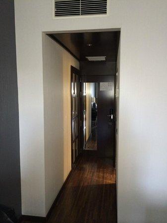 AC Hotel Burgos: Entrada a la habitación (armario a la izquierda)