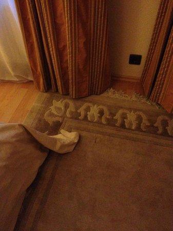 Hotel Haus Roedgen: Die Textilien sind alt, schmutzig und häßlich dazu.