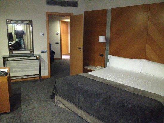 Hotel Exe Plaza: Vista de la habitación con la cama de 2x2