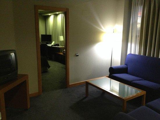 Hotel Exe Plaza: Salón y acceso a la habitación