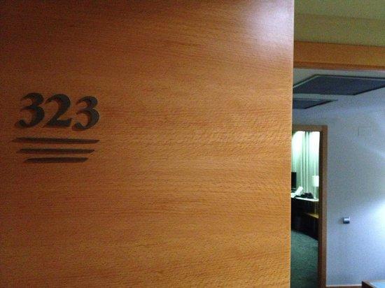 Hotel Exe Plaza: Puerta y vista hacia salón y habitación