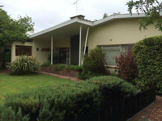 Cedar Lodge Guest House: voortuin