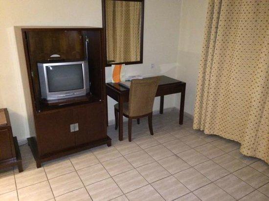 Toledo Amman Hotel: Tv Schlafzimmer