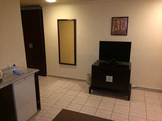 Toledo Amman Hotel : TV im Wohnzimmer