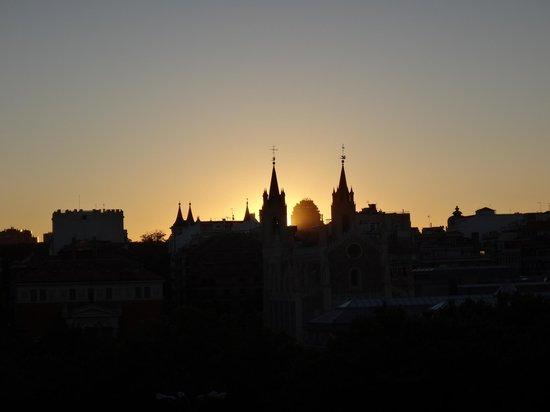 The Westin Palace Madrid : вид из окна номера на мадридский закат
