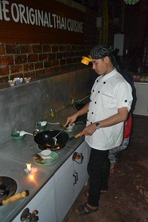 Roi Thai Cooking School: Den underhållande kocken