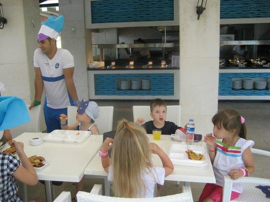 Limak Limra Hotel : Дети учились готовить пиццу под руководством обаятельного аниматора